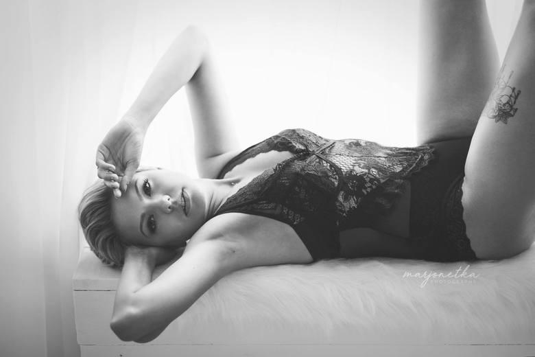 """Fotografka Marjonetka, czyli Marlena Bednarska z Byczyny, od kilku lat prowadzi projekt pt. """"Kobiety sensualnie"""". Na zmysłowe sesje zaprasza nie modelki,"""