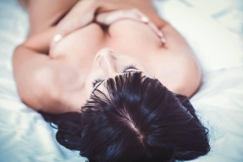 Co prawda masaż nie spowoduje, że piersi faktycznie zwiększą swój rozmiar, ale nabiorą pełniejszego kształtu. Regularne masowanie piersi pod prysznicem