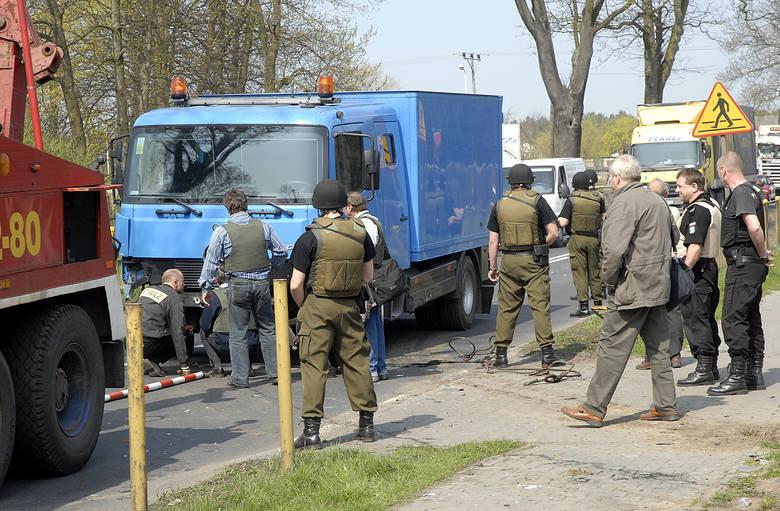 """Na krajowej """"trójce"""" doszło do groźnie wyglądającego wypadku. Jedna osoba została odwieziona do szpitala."""