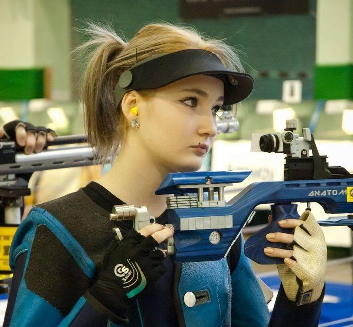 Żaneta Iwaszuk jest zawodniczką Klubu UKS Kaliber Białystok. Jej największe osiągnięcia to 6 miejsce na mistrzostwach Europy i brązowy medal na akademickich