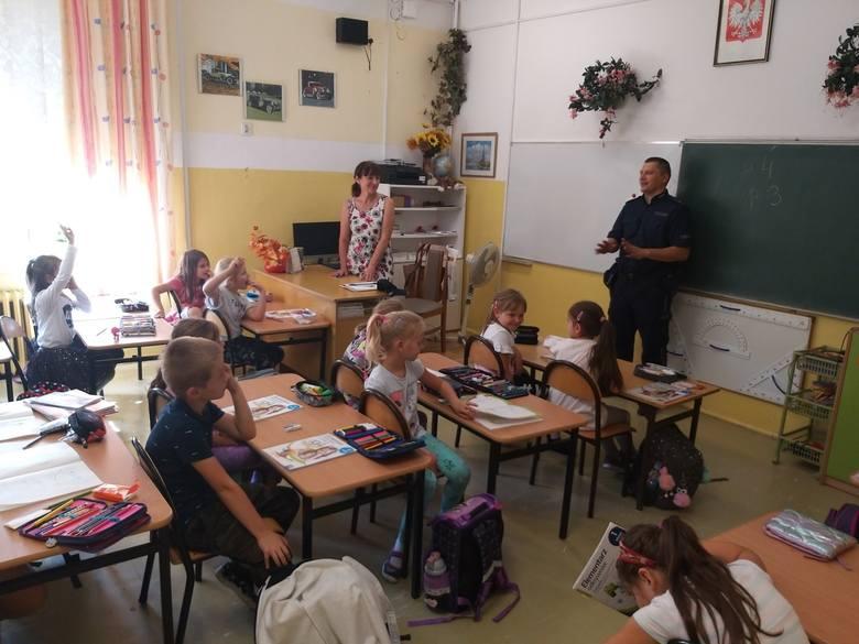 Spotkanie miało charakter pogadanki, podczas której młodszy aspirant Daniel Wójtowicz omówił z uczniami zasady poprawnego poruszania się po drodze.