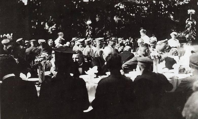 Na zapleczu Pałacu Branickich ustawiono stoły. Na balkonie pałacu przygrywała biesiadnikom kapela włościańska pod batutą Stanisława Namysłowskiego.