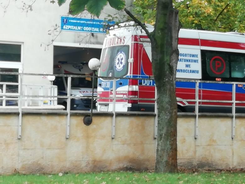 Karetki czekają kilka godzin pod SOR-em. Do pracy przyszło tylko 4 ratowników medycznych