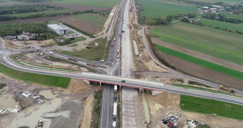 Praktycznie na całej długości odcinka E autostrady A1 lezy już betonowa nawierzchnia. Świetnie widać jedyny na tym odcinku węzeł Mykanów. Można tez zobaczyć