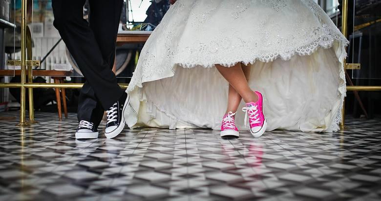 Piosenka ślubna to ważny wybór dla każdej młodej pary. Jakie utwory powinny być grane w Kościele podczas sakramentu ślubu? Jaką muzykę wybrać na ślub