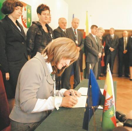 """Uczestnicy konferencji podpisali """"Lubuski Pakt na Rzecz Zatrudnienia"""", w którym zobowiązują się, że będą zawiązywać lokalne partnerstwa, by"""