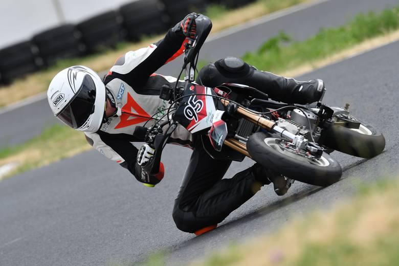 Mateusz Wąsowski na piątej pozycji ukończył oba wyścigi czwartej i jednocześnie przedostatniej rundy motocyklowego Pucharu Polski Pit Bike SM. Podczas