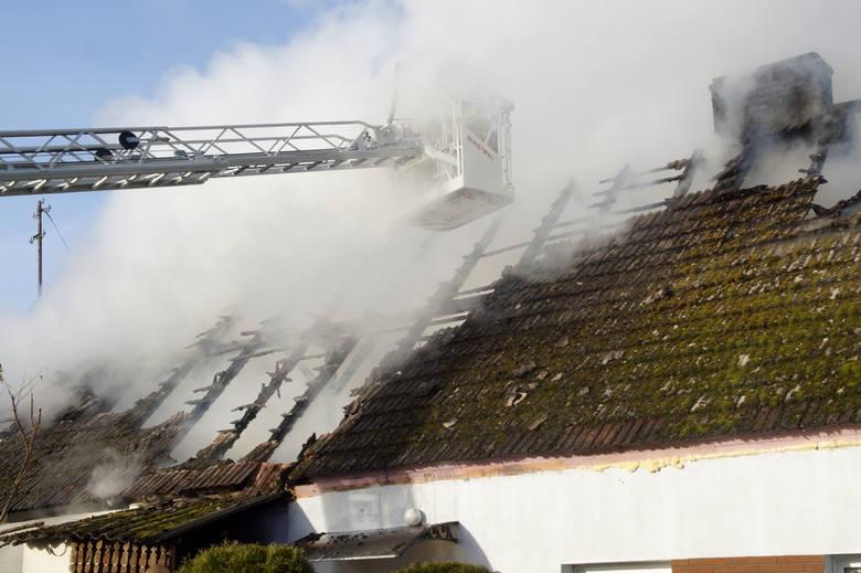 Kilka zastępów straży pożarnej gasiło pożar domu w miejscowości Wiatrowo w gm. Damnica.Straż pożarna ze Słupska i jednostki OSP walczyły dziś z ogniem,