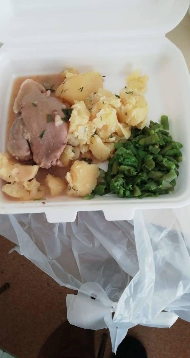Tak wygląda jedzenie, które dostają pacjenci izolatorium oddziału zakaźnego w szpitalu w Jarosławiu [ZDJĘCIA]