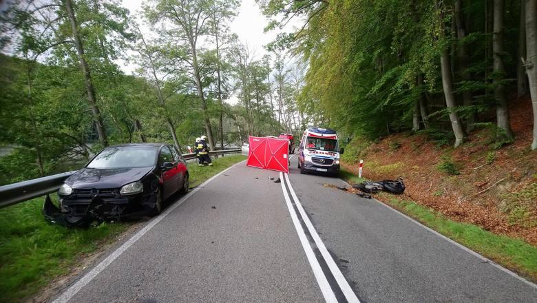 W czwartkowe popołudnie do tragicznego wypadku doszło na drodze wojewódzkiej 163 w pobliżu miejscowości Czarnkowie. Doszło do zderzenia samochodu osobowego