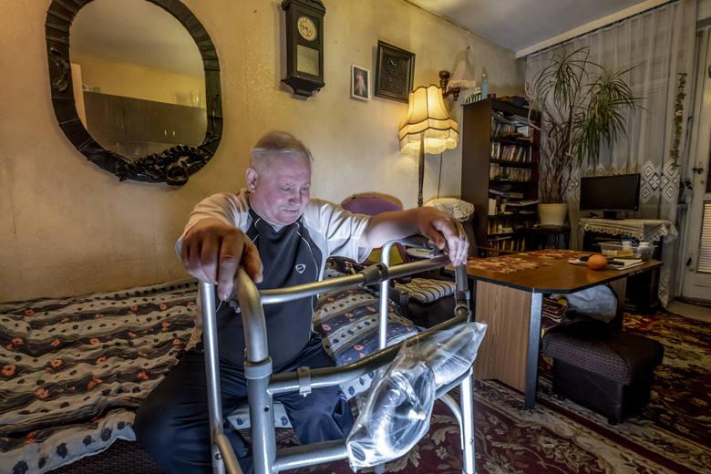65-latek mieszka sam na czwartym piętrze. Po operacji czuje się jak więzień swojego domu. - Muszę prosić o pomoc i angażować innych, bo nie mam już wyboru. Od czterech miesięcy jestem przykuty do swojego domu - mówi Mariusz Grześkowiak.
