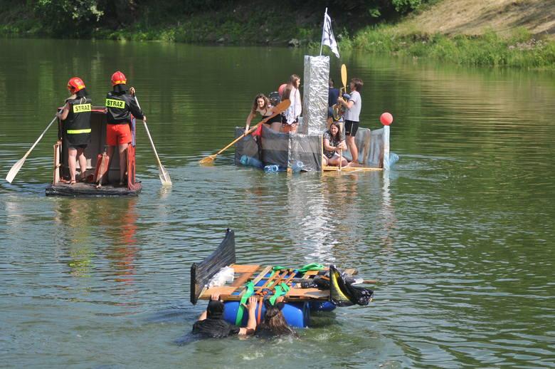 """W Kostrzynie w ramach obchodów święta miasta po raz kolejny zorganizowano """"spływ na byle czym"""". W rywalizacji wzięły udział trzy drużyny."""