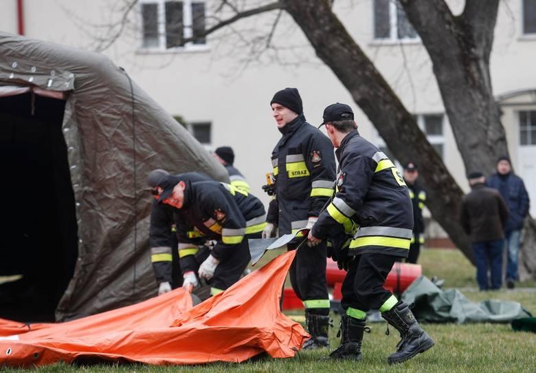 Strażacy przed szpitalem w Łańcucie