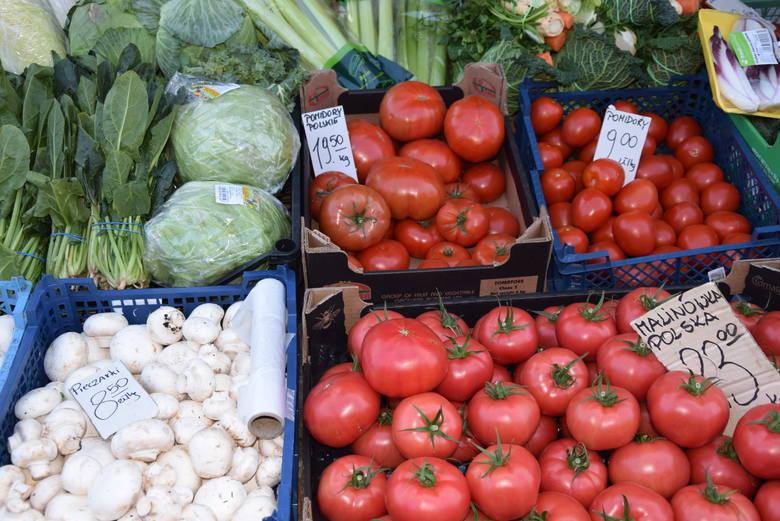 Odwiedziliśmy dziś  rano bazar na plac Balcerowicza w Rzeszowie. Na kolejnych slajdach podajemy aktualne ceny owoców i warzyw. - Rośnie cena papryki,