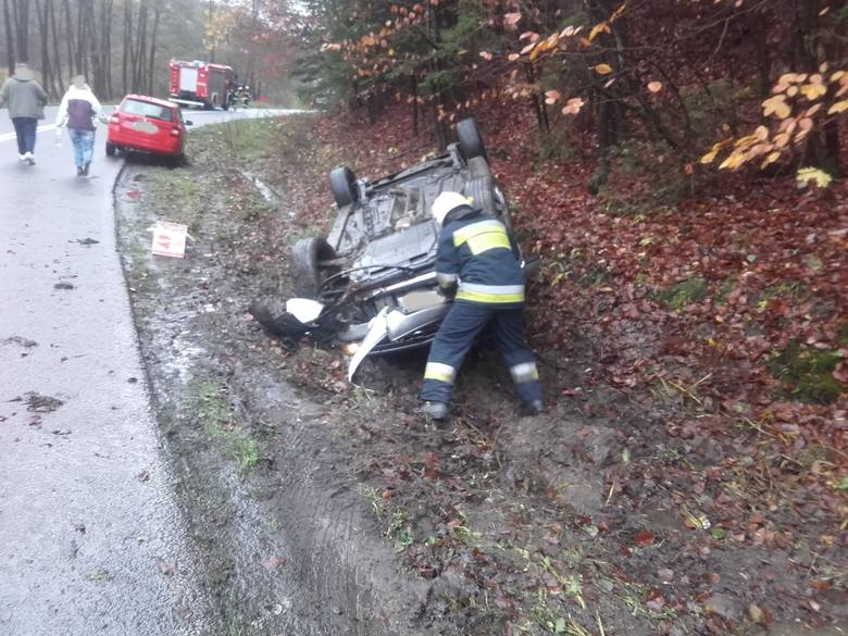 We wtorek przed godz. 12 doszło do wypadku na drodze wojewódzkiej nr 163 między miejscowościami Połczyn-Zdrój - Kluczewo. - Samochód osobowy na zakręcie