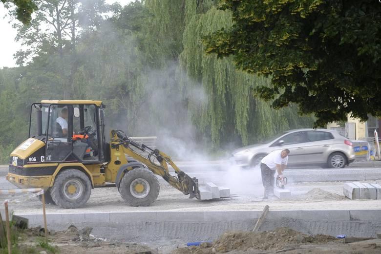 Buduje się w Toruniu! Na razie kierowcy w wielu miejscach w mieście muszą liczyć się z utrudnieniami, ale remonty dróg przeprowadzane są po to, by jeździło