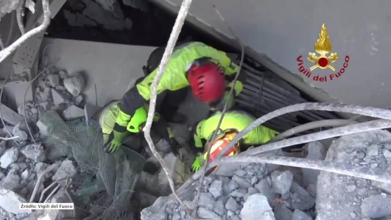 Strażacy pod gruzami odnaleźli wrak samochodu, w którym znajdowały się ciała trzyosobowej rodziny: matki, ojca i 9-letniej dziewczynki.