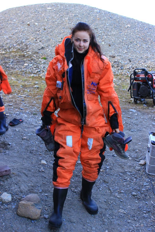 Kostium zabezpieczający przed utratą ciepła jest niezbędny podczas poruszania się łodzią motorową
