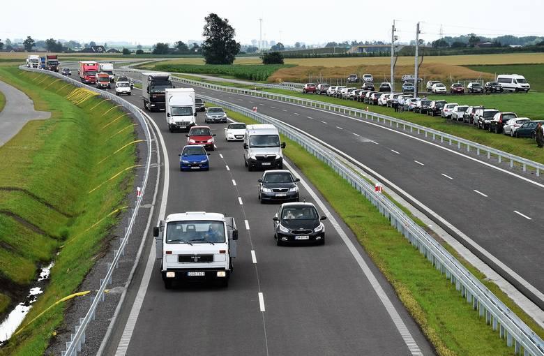Po latach walk, protestów, dyskusji, zmian projektów, Inowrocław doczekał się obwodnicy. Pierwsze auta przejechała po niej dziś (17 lipca) około południa.