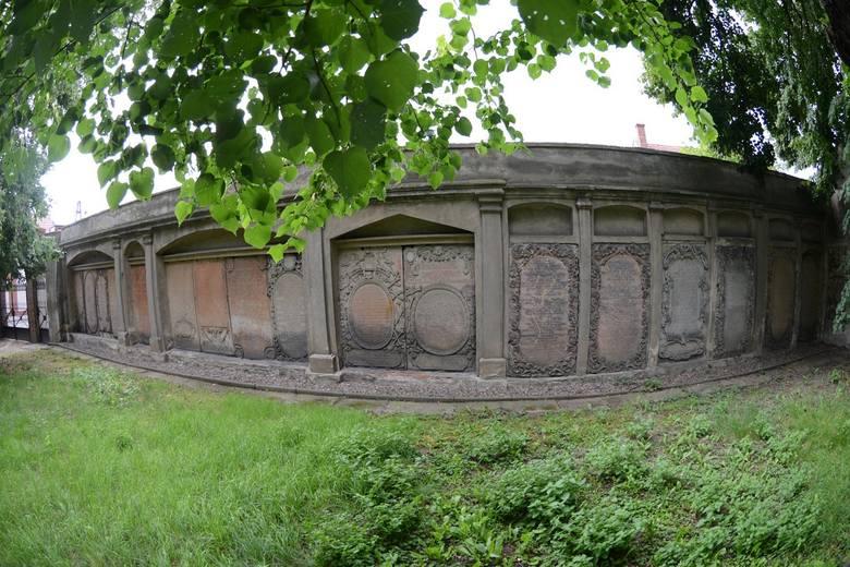 To najstarszy w Polsce cmentarz nowego typu, na którym zmarłych chowano z dala od kościoła.