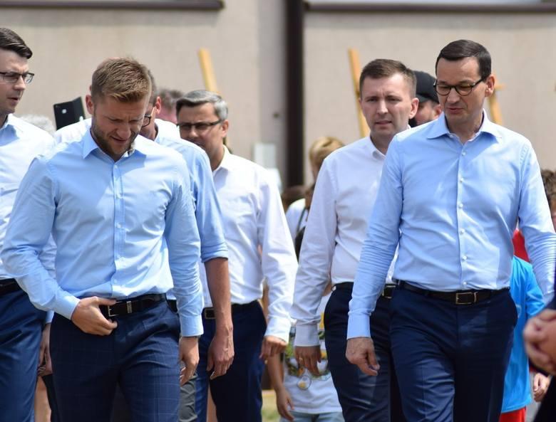 Premier Mateusz Morawiecki w Truskolasach z Kubą Błaszczykowskim. Początek nowego programu: budowa boisk piłkarskich