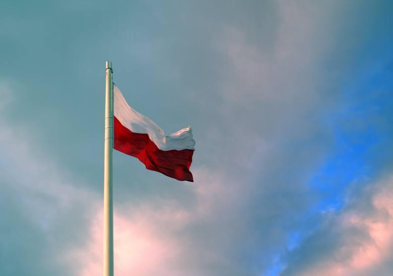Nie każdy fragment biało-czerwonego materiału jest symbolem państwowym. Flaga państwowa ma ściśle określone proporcje - to prostokąt o stosunku wysokości