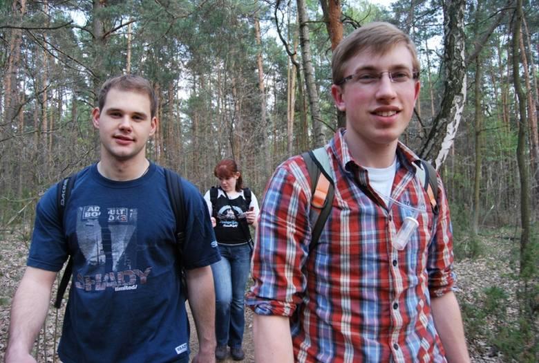 Członkowie koła oprócz realizowania projektów organizują sobie wycieczki. W maju byli w Kampinoskim Parku Narodowym. Na zdjęciu od lewej: Szymon Król,