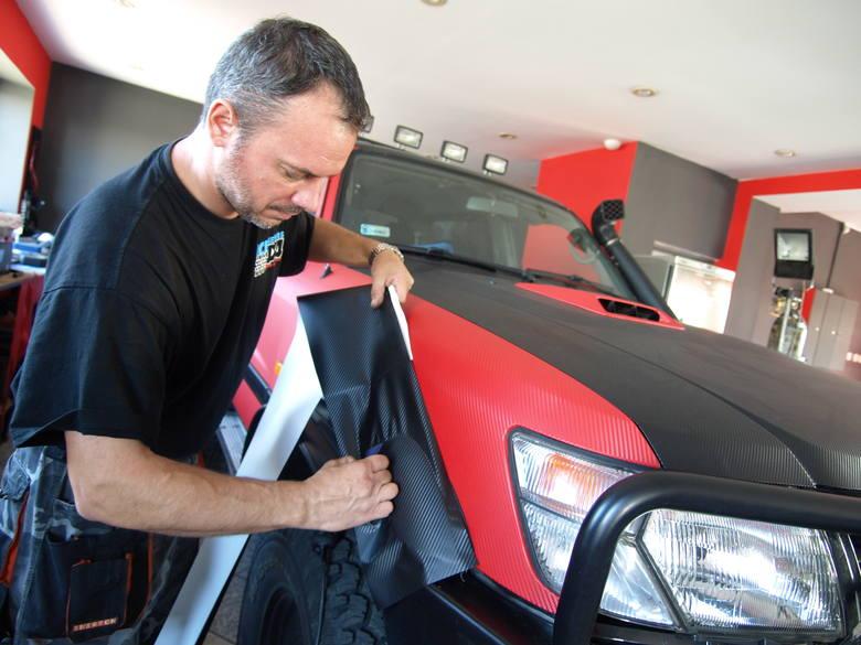 Sposób na biznes. W Koszalinie możesz okleić auto foliąCeny za oklejenie całego samochodu zaczynają się od 3,5 tys. złotych.