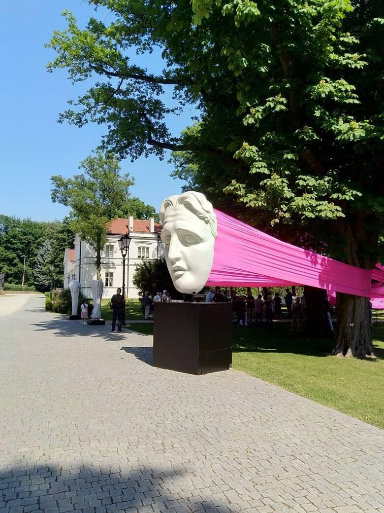 W to piękne, słoneczne, nastrojowe piątkowe popołudnie do parku na Winiarach przybyło wielu dostojnych gości. Wystawa dzieł utalentowanego polskiego