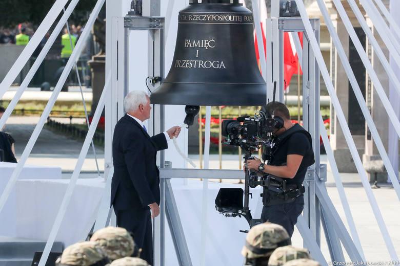 """Prezydenci kilkunastu państw uderzali w dzwon """"Pamięć i przestroga"""" z Przemyśla. Był to jeden z elementów centralnych obchodów 80."""