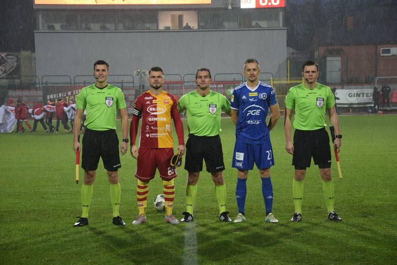 Ostatni zespół 1 ligi poinformował, że funkcję dyrektora sportowego przestaje pełnić Łukasz Wróbel. Byłego zawodnika Bytovii Bytów ma zastąpić Dawid
