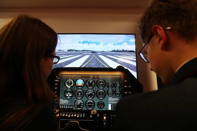 """Największa atrakcja """"Newton Room"""" to umieszczony w nim symulator samolotu. Zadaniem uczniów jest przeprowadzenie lotniczej misji ratunkowej. Przed jej"""