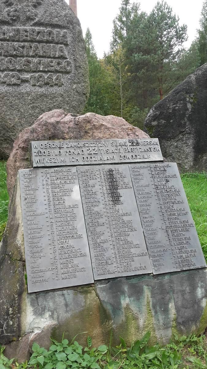 Pomnik w Szewni Dolnej. Na tablicy są nazwiska dowódców partyzanckich z okresu powstania zamojskiego.