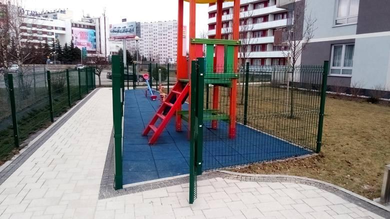 Plac zabaw przy Apartamentach Zamkowych w Rzeszowie. - To wygląda, jak spacerniak w więzieniu - pisze pan Krzysztof.