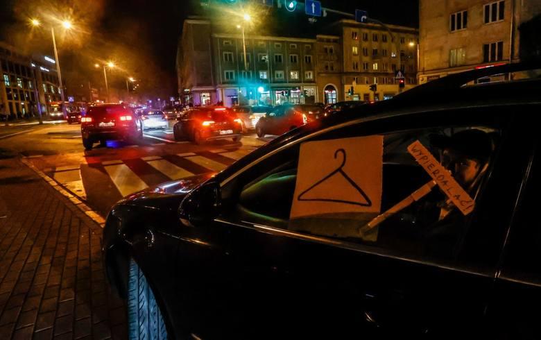 Druciany wieszak symbolem podziemia aborcyjnegoW trakcie protestów i walk o prawa kobiet równie często pojawia się wieszak. Uznaje się go za międzynarodowy