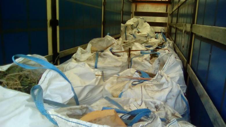 Szczecińscy celnicy przechwycili tony odpadów na granicy [ZDJĘCIA]