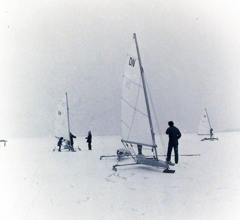 Bojery na zamarzniętym jeziorze Gardno.