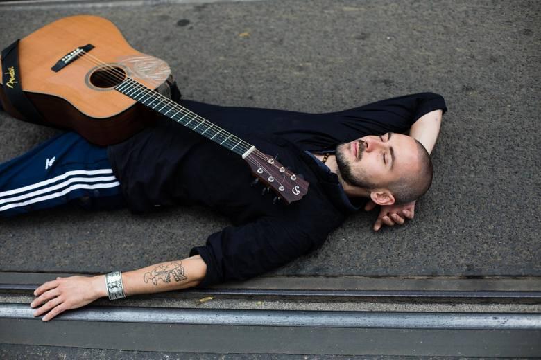 10.07.2019 krakow<br /> muzyk, artysta gra w tramwajach <br /> nz michal koncewicz,   <br /> <br /> fot. andrzej banas / polska press