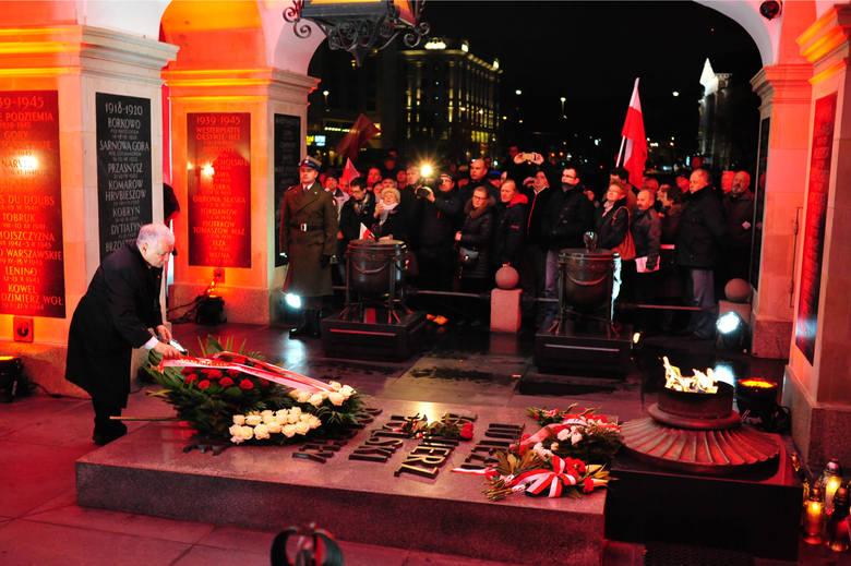 Święto Niepodległości 2015. Jarosław Kaczyński i uczestnicy smoleńskiego Marszu Pamięci przy Grobie Nieznanego Żołnierza na placu Piłsudskiego
