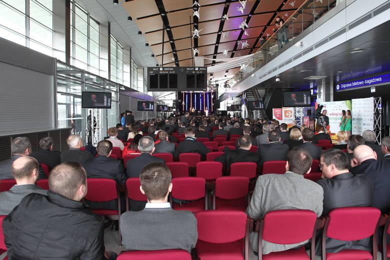 Budowa terminala w Jasionce kosztowała ponad 97 mln zł. To czterokondygnacyjny obiekt z charakterystycznym łukowym dachem. Ma 90 tys. m sześc. kubatury