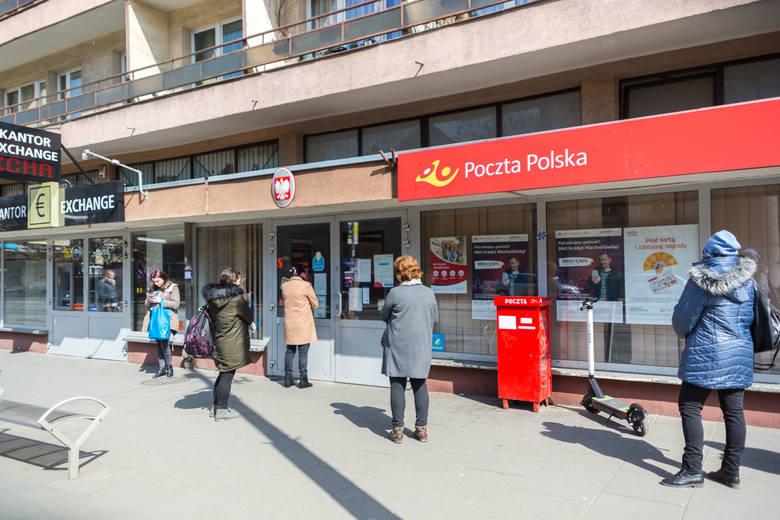 Kolejki przed pocztą przy ul. Władysława Beliny Prażmowskiego i ul. Grochowską