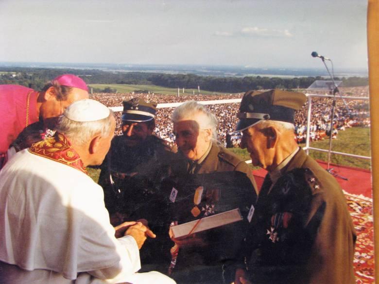 """21 czerwca 1983, Góra św. Anny. Waleria Nabzdyk wręcza w delegacji powstańców """"Encyklopedię powstań śląskich"""" papieżowi Janowi Pawłowi II."""