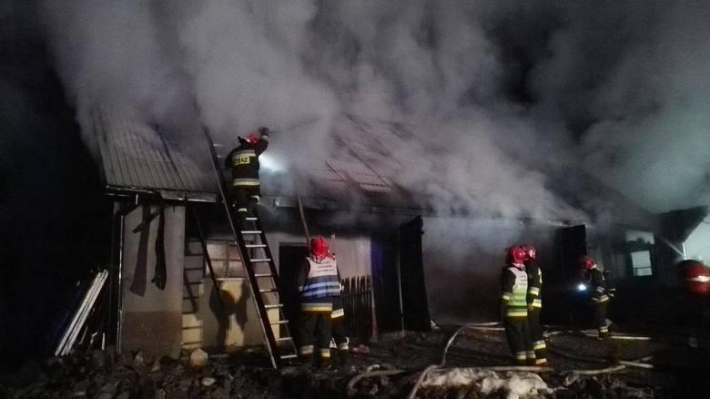 W piątek o przed godziną 23 w Błażkowej (pow. jasielski) wybuchł pożar w budynku gospodarczym, który znajdował się nieopodal domu mieszkalnego. Na miejscu