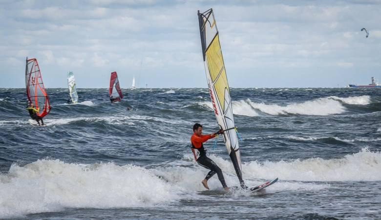 W Sopocie możemy skorzystać z bogatej oferty szkółek windsurfingowych.