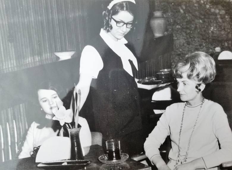 Modne panie w kawiarni pod Arkadami przy ul. Krakowskiej w Opolu.W latach 60. ubiegłego wieku opolanki nosiły się modnie i elegancko. Zobaczcie niesamowitą