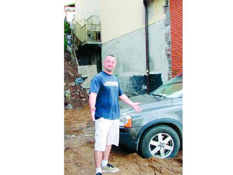 – Ten samochód stoi na mojej posesji od czwartku. Okazuje się, że nic z tym nie można zrobić. Nie mogę tego zrozumieć – mówi Ryszard Wiecheć.