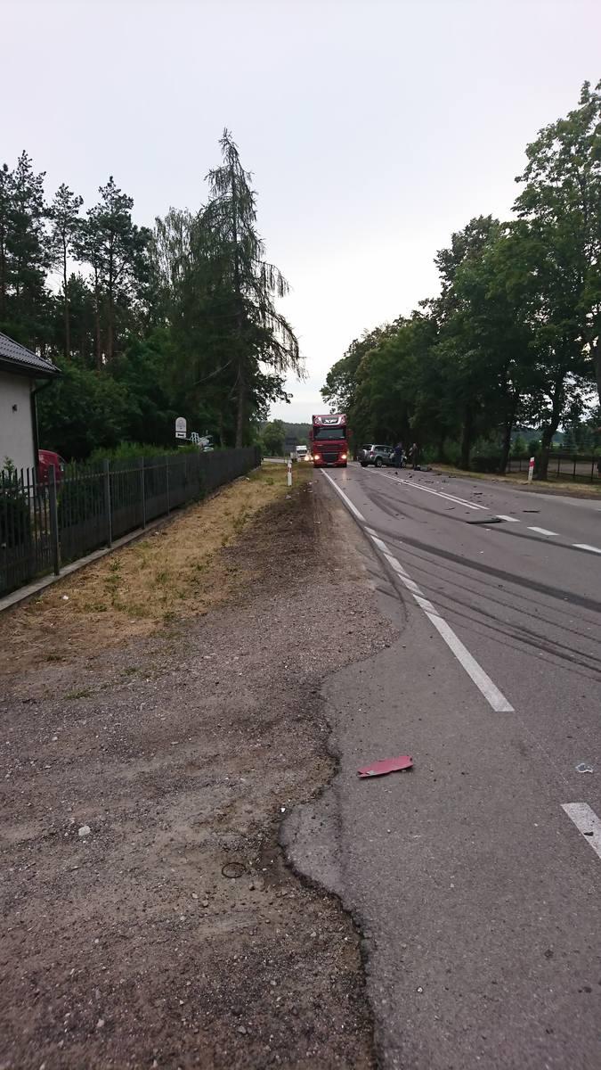 Wypadek na DK 19 w miejscowości Ploski. Kierowca TIR-a zjechał do rowu. Jedna osoba poszkodowana