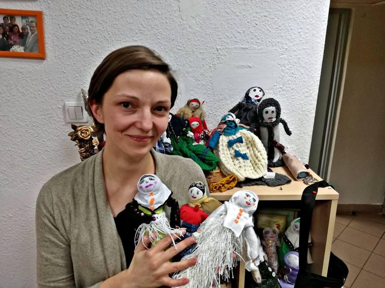 Lalki szyją czeczeńskie kobiety koczujące w Brześciu. W ten sposób chcą zarobić na swoje utrzymanie - mówi Anna, wolontariuszka Stowarzyszenia Solidarności