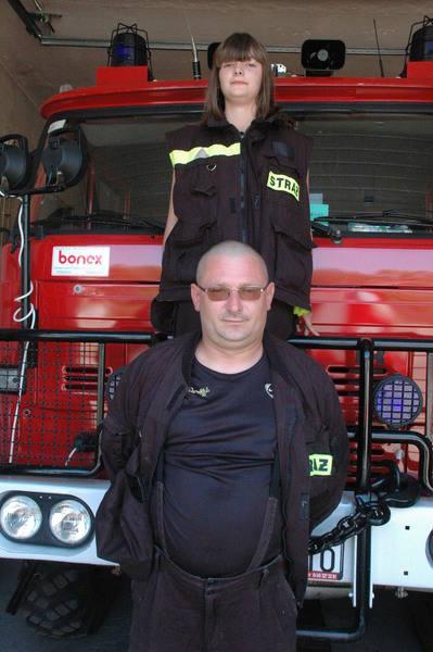 Dariusz Kowalski z młodszą córką Jagodą. Do OSP należy także jej starsza siostra Ola. W strażackie życie zaangażowana jest cała rodzina ochotnika ze