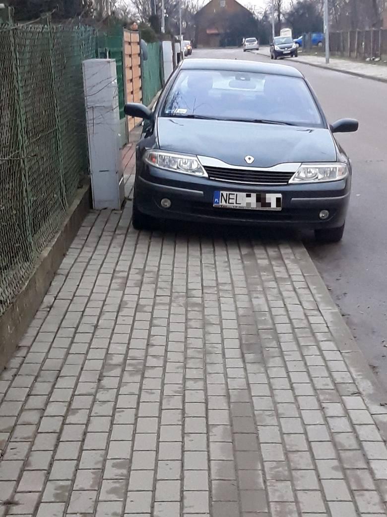 """""""Przez to auto nie da się przejść chodnikiem!"""" - napisał do nas zbulwersowany Czytelnik. Zdjęcie zostało wykonane na osiedlowej uliczce"""